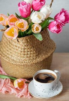 Cestino con tulipani colorati primaverili sul tavolo