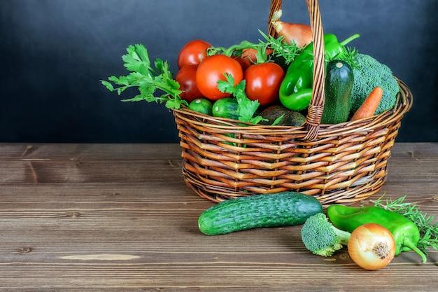 Cestino con le verdure sulla tavola di legno