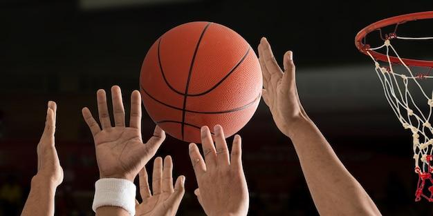 La palla da basket sta volando con il canestro da basket su un campo da basket