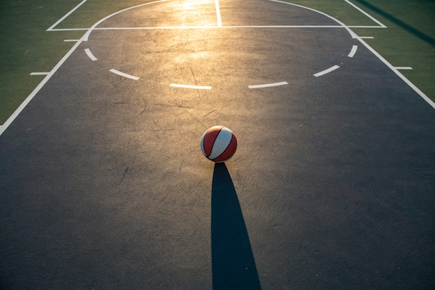 Pallacanestro sul campo da basket come simbolo sportivo e di fitness di un'attività di svago di squadra che gioca