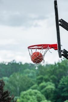Pallacanestro in cerchio sulla strada. pallacanestro da strada