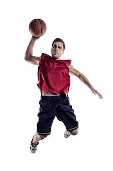 Giocatore di basket in azione isolato su sfondo bianco