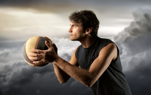 Giocatore di pallacanestro e un cielo nuvoloso