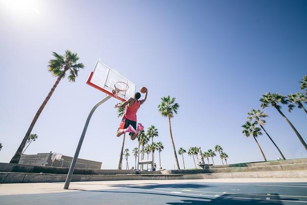 Giocatore di pallacanestro che fa una schiacciata