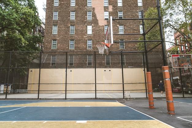 Giocatore di pallacanestro che si prepara all'aperto