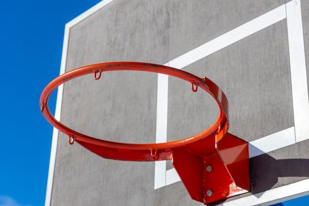 Scudo di pallacanestro con un anello rosso contro il cielo blu. foto di alta qualità