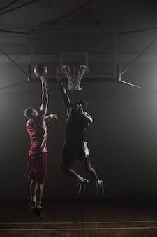 Giocatore di pallacanestro che prova a segnare un canestro