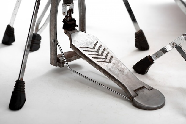Grancassa con pedale sul pavimento bianco, il concetto di musica