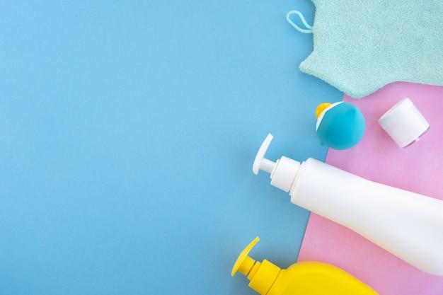Accessori da bagno per bambini su sfondo blu e rosa