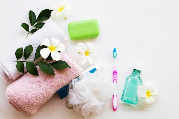 Prodotti per la cura del bagno vicino ai fiori