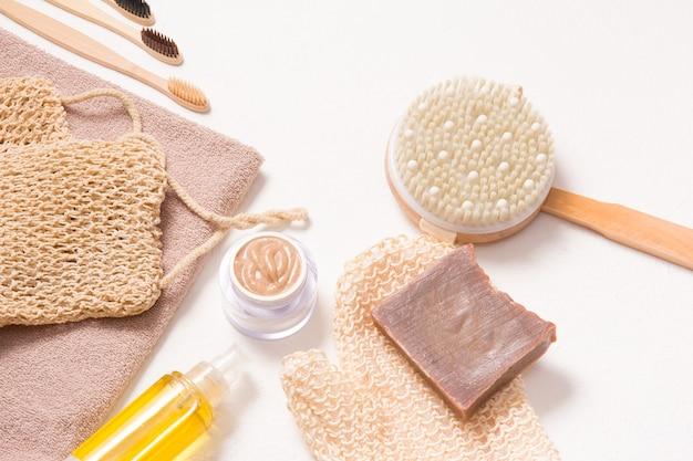 Prodotti da bagno con materiali naturali per la cura del corpo e della cavità orale, cosmetici fatti in casa