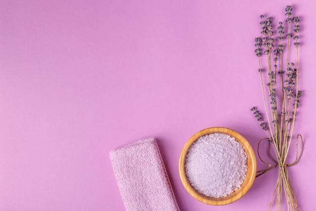 Set da bagno con lavanda su sfondo viola