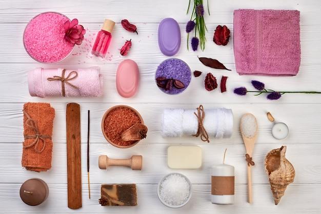 Accessori da bagno e spa su scrivania bianca piatta. molti articoli per la cura del corpo vista dall'alto.