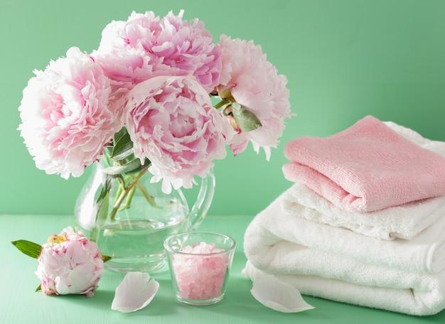 Bagno e spa con asciugamani salati alle erbe con fiori di peonia