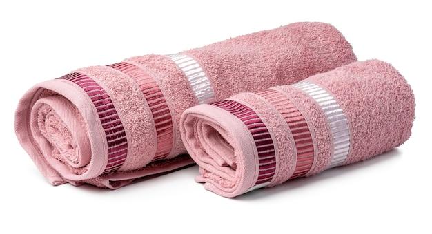 Asciugamano da bagno isolato sulla fine bianca del fondo su