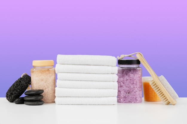 Asciugamani da bagno e sale termale sul tavolo bianco