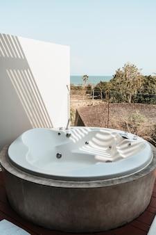 Vasca da bagno sul balcone