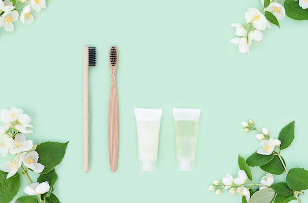 Accessori da bagno, spazzolini da denti in bambù, dentifricio naturale alle erbe. zero rifiuti.