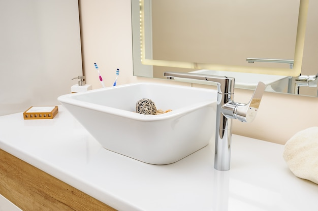 Dettaglio interno bagno con lavello e rubinetto