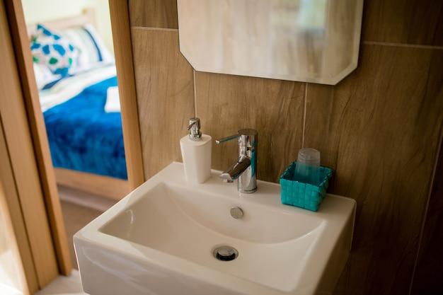 Bagno interno lavabo bidet wc specchio grande le pareti sono di colore marrone chiaro
