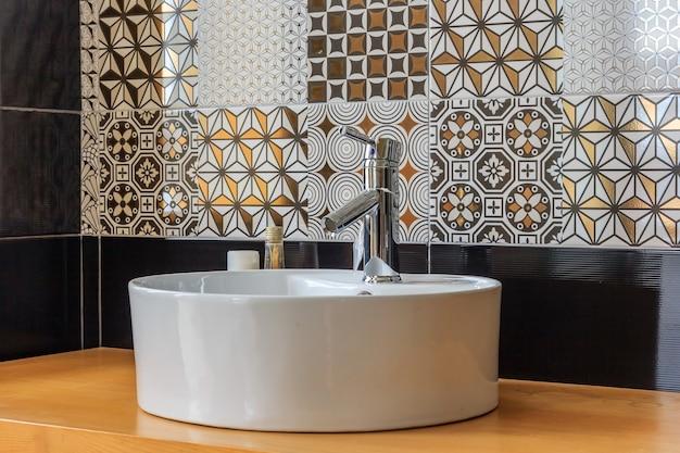 Interiore della stanza da bagno con lavandino e rubinetto