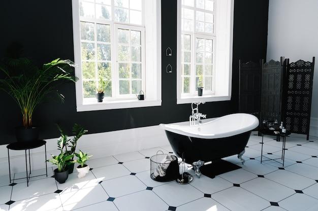 Interno del bagno con finestre e vasca da bagno con gambe