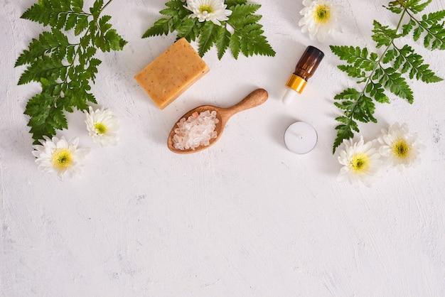 Sale da bagno, sapone e olio aromatico per spa su sfondo bianco vista dall'alto mock-up