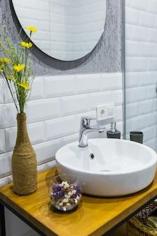 Bagno con piastrelle bianche in un piccolo appartamento moderno