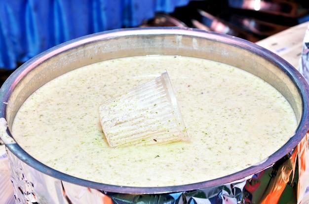 Bathua raita, una ricetta sana e rinfrescante a base di bathua (foglie di chenopodium) e cagliata temperata con spezie delicate; una ricetta di cagliata leggera e deliziosa combinata con i benefici per la salute di bathua.