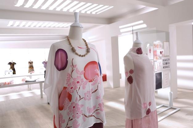 Il tessuto batic realizzato per gli abiti in studio sartoriale