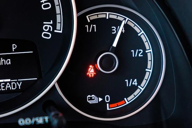 Livello della batteria sul cruscotto dell'auto elettrica