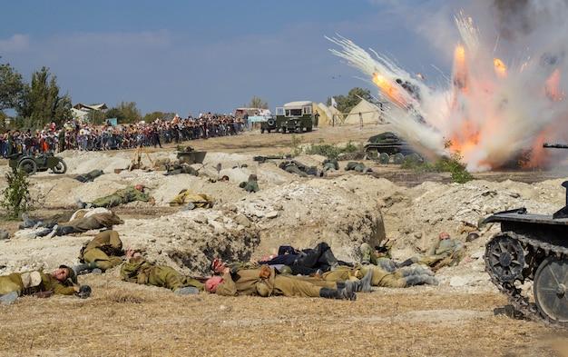Campo di battaglia. ricostruzione della battaglia della seconda guerra mondiale. battaglia per sebastopoli. ricostruzione della battaglia con esplosioni