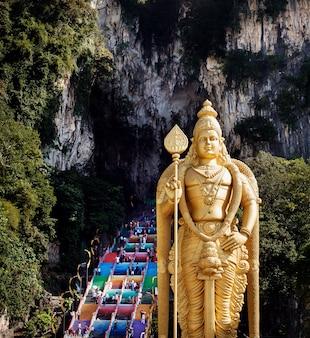 Grotte di batu in malesia, tempio induista con la statua di lord murugan vicino a kuala lumpur