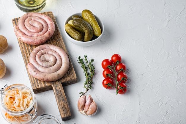 Salsicce fritte bavaresi su crauti, su sfondo bianco, con spazio per il testo copyspace