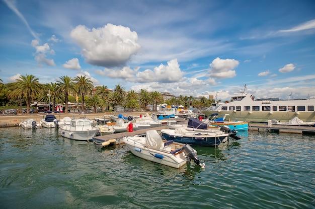 Baia e porticciolo marittimo con barche a la spezia. mar mediterraneo, liguria, italia