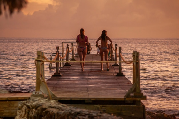 Bayahibe, repubblica dominicana 13 dicembre 2019: persone sul molo al tramonto
