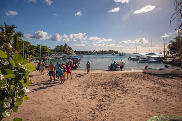 Bayahibe, repubblica dominicana 21 gennaio 2020: il catamarano pieno di turisti arriva sulla spiaggia di bayahibe