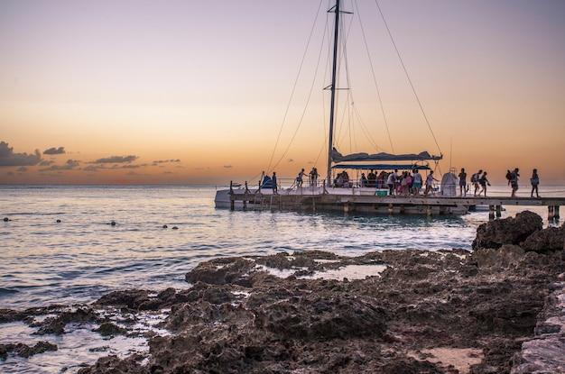 Bayahibe, repubblica dominicana 21 gennaio 2020: catamarano di ritorno da saona islad nella repubblica dominicana