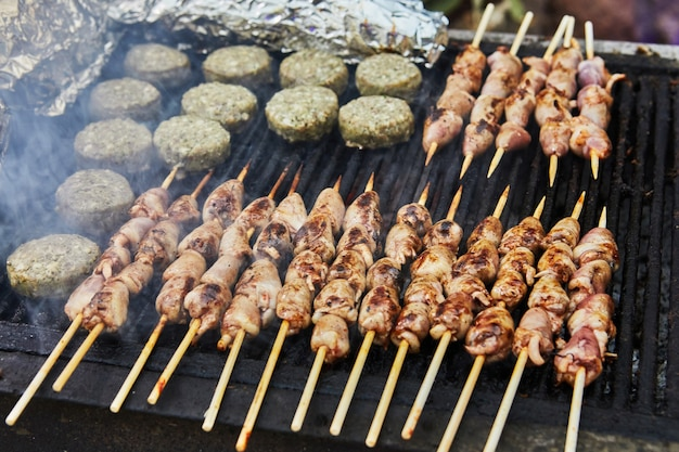 Hamburger bbq, cuori grigliati su spiedini e smoke barbecue party. avvicinamento
