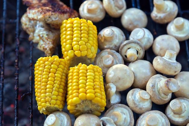 Bbq funghi champignon e mais grigliati alla griglia