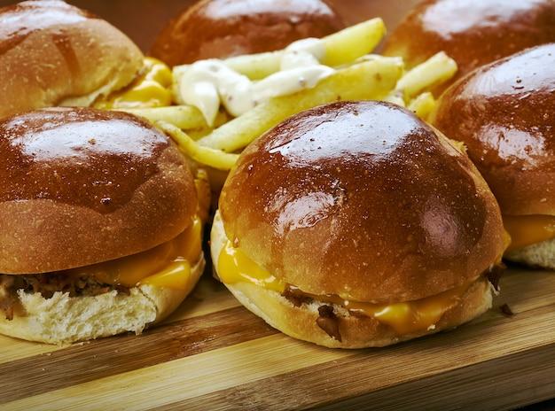 Bbq chicken slider ring, fast food combina pollo sminuzzato, cipolla rossa e salsa barbecue.
