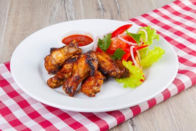 Alette di pollo bbq con salsa rossa e verdure