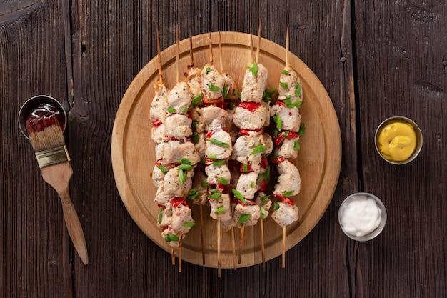 Concetto di barbecue con deliziosi kebab freschi su spiedini di legno