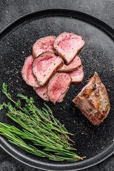 Bbq bistecca di carne di filetto di agnello affettato alla griglia su un piatto