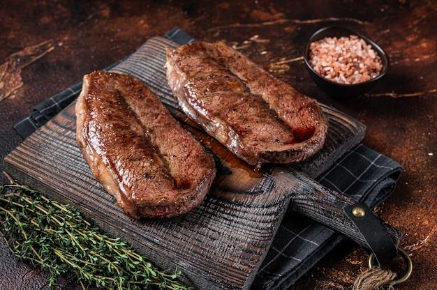 Bistecca di manzo con lama di ostrica wagyu in australia arrostita al barbecue. vista dall'alto.