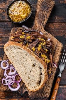 Sandwich bbq con carne di maiale stirata arrostita lentamente