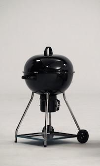 Fornello per barbecue realizzato in acciaio di colore nero per feste o picnic in famiglia e su bianco