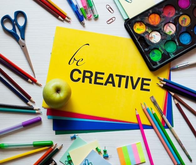Sii creativo: sfondo luminoso, colorato ed elegante. arte o concetto di educazione