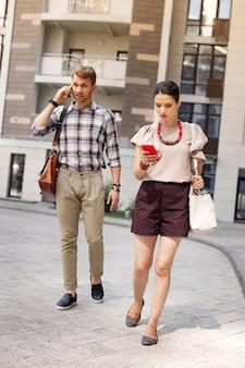 Non essere in ritardo. bella coppia impegnata che cammina insieme mentre si affretta a lavorare
