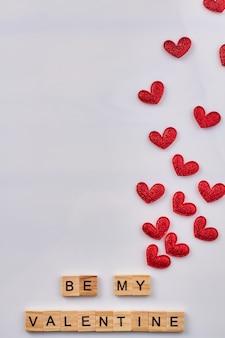 Sii il mio colpo verticale di san valentino. molti cuori rossi su sfondo bianco.